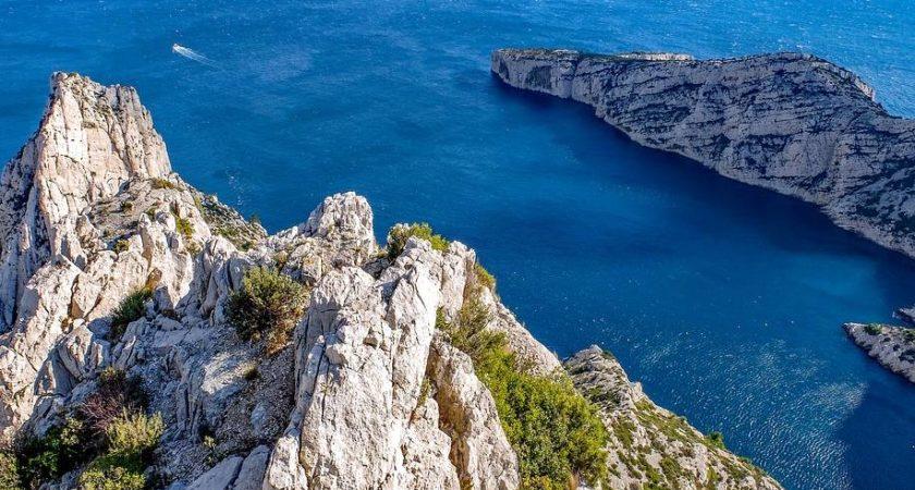 La location d'un VTC Marseille pour des vacances en famille réussies